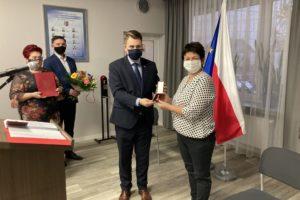Gratulacje dla dyrektor Laskowskiej od posła Milewskiego