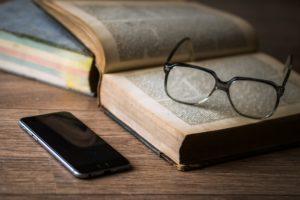 Książka, okulary, telefon