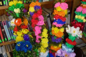 Kolorowe palmy i ozdoby wielkanocne wykonane przez uczniów z Wiśniewa.